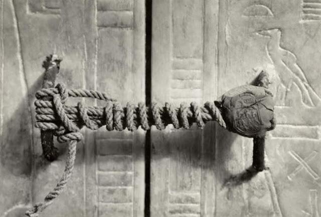 Este es el sello intacto de la tumba del Faraón Tutankamón antes de ser abierta, foto tomada en 1922. Fotos insólitas que se han tomado. Fotos curiosas.