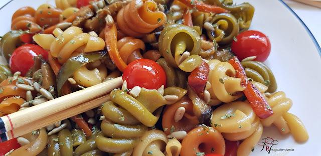 Salteado oriental de pasta y verdura