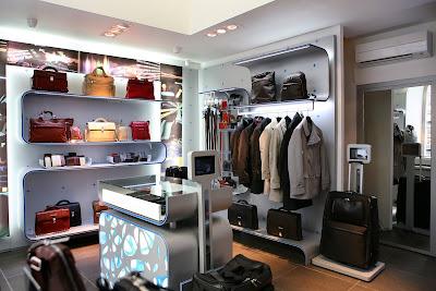 58e841d42d9ae0 Piquadro e, dopo le 11 aperture di fine 2010, inaugura il suo centesimo  negozio, un franchising a Toronto che rappresenta il primo passo ...
