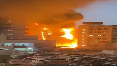 نشوب حريق كبير في مجمع تجاري ضخم