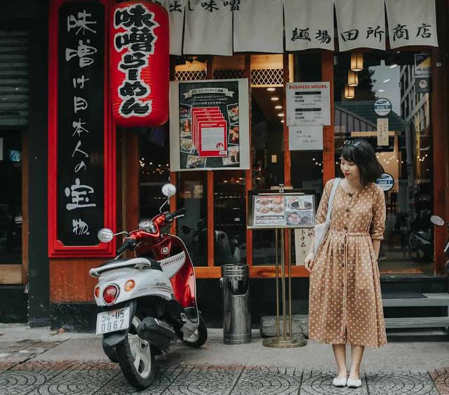 Ban đêm huyên náo nhộn nhịp bao nhiêu thì buổi sáng, khu phố Nhật trở lại là góc yên tĩnh giữa lòng Sài Gòn, khi chỉ có một số quán cà phê mở cửa. Nơi đây là một trong những điểm check-in lý tưởng được nhiều bạn trẻ lựa chọn trong hành trình khám phá TP.HCM. Cánh cửa gỗ, góc đường vắng hay những bảng hiệu chữ Nhật đều gợi cho bạn cảm giác như đang lạc ở xứ sở Phù Tang.