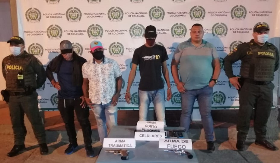 https://www.notasrosas.com/Policía Guajira captura cuatro personas en la antigua vía Maicao - Uribia