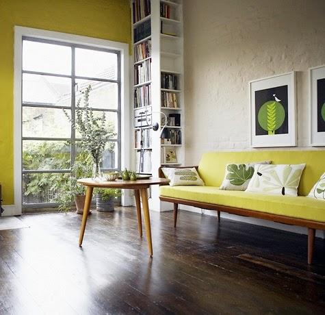 sala con sofá color amarillo
