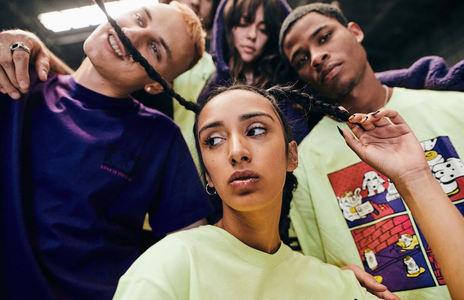 grupo de jóvenes con indumentaria de marca Below