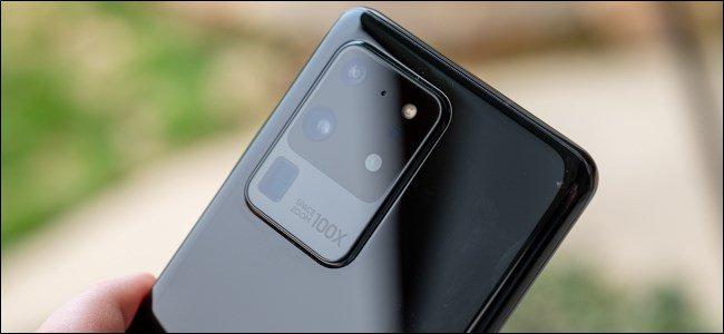 شخص يستخدم الكاميرا الخلفية للهواتف الذكية التي تعمل بنظام Android ككاميرا ويب على Windows 10