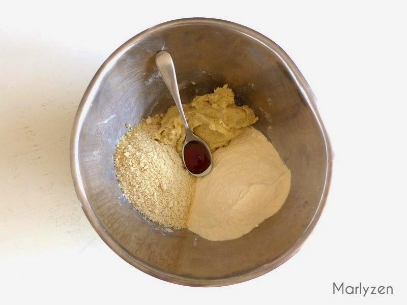 Ajoutez la farine, la poudre d'amande et la vanille liquide.