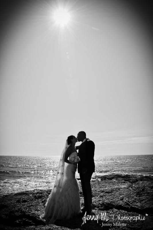 photo contre jour en noir et blanc mariés plage de la sauzaie