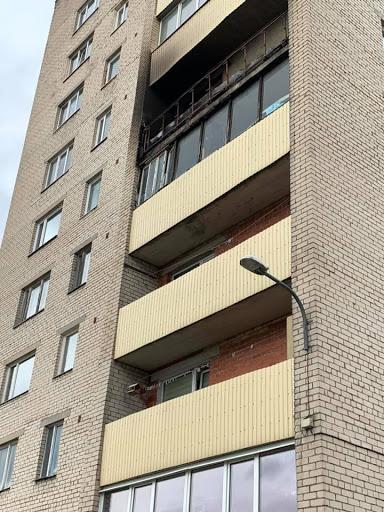 Izdegušais balkons piektā stāvā