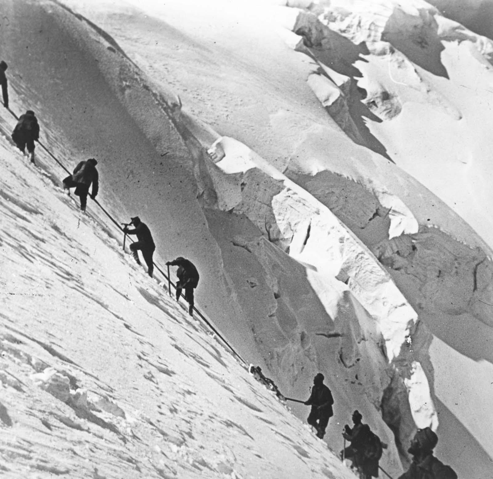 Soldiers haul 7cm guns up a 3,400-meter peak. 1916.
