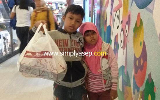 PIZZA HUT :  Lelah setelah membaca buku di GRAMEDIA Ahmad Yani Mega Mall tadi malam (27/1) sekitar pukul 19.40 WIB lanjut bawa oleh oleh Pizza Hut untuk di rumah.  Foto Asep Haryono