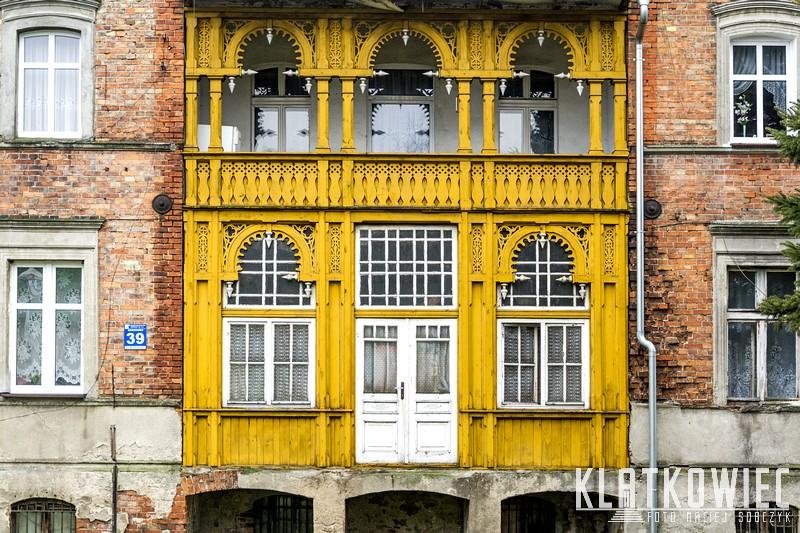 Gniewkowo. Ozdobny drewniany balkon. Snycerka.