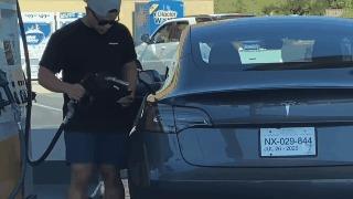 Captan a conductor despistado intentando ponerle gasolina a su nuevo Tesla