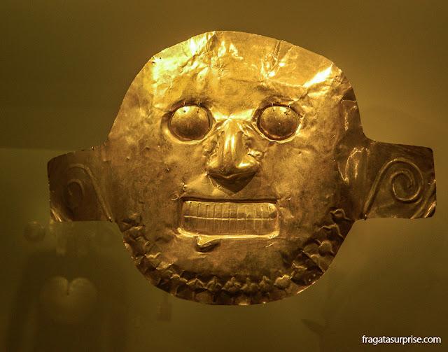 Máscara funerária da cultura Calima no Museu do Ouro de Bogotá