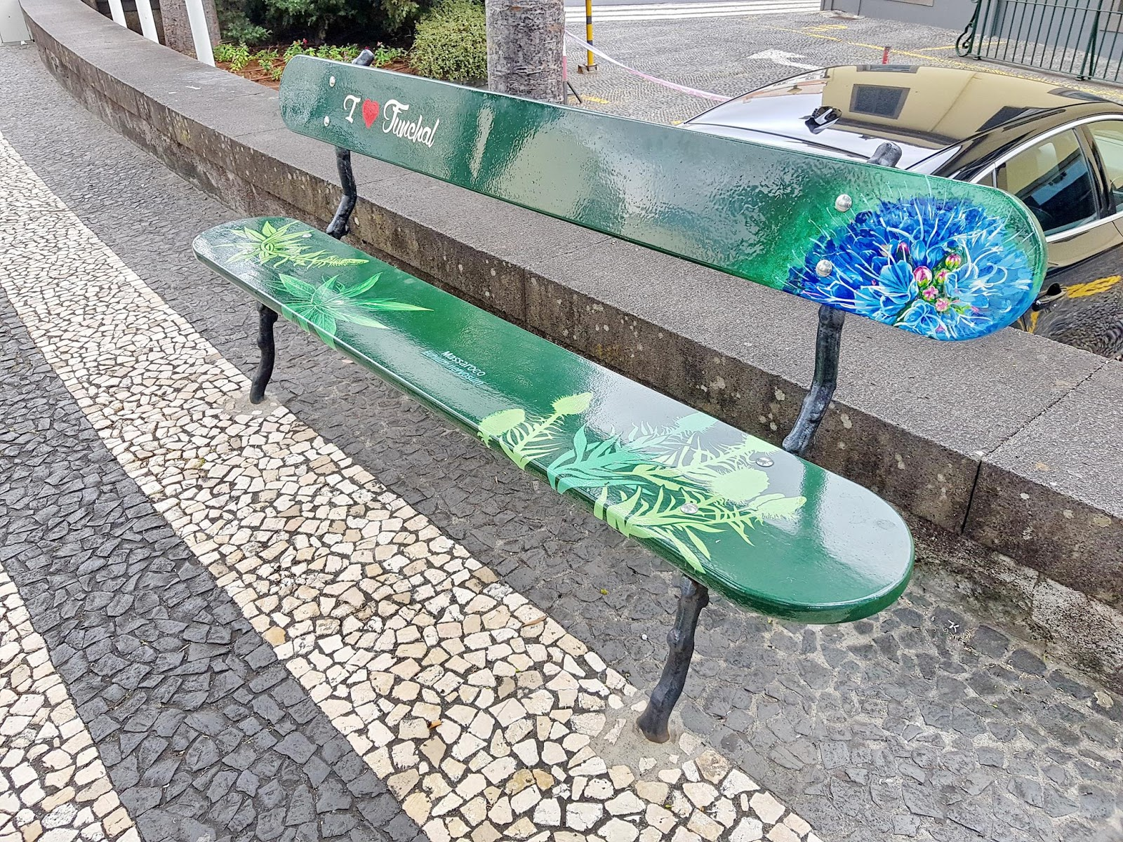 banco pintado na Rua Marquês do Funchal
