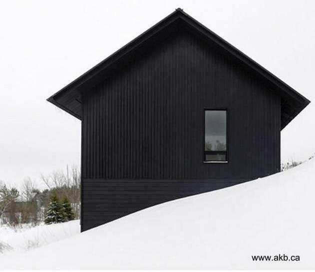 Perfil de un moderno chalet pintado de negro en Canadá