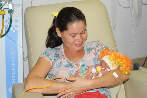 Bebês prematuros ganham fantasia e comemoram primeiro carnaval em maternidade no interior do Ceará