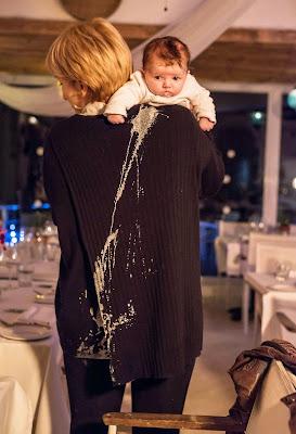 Bebé vomita en la espalda de mamá