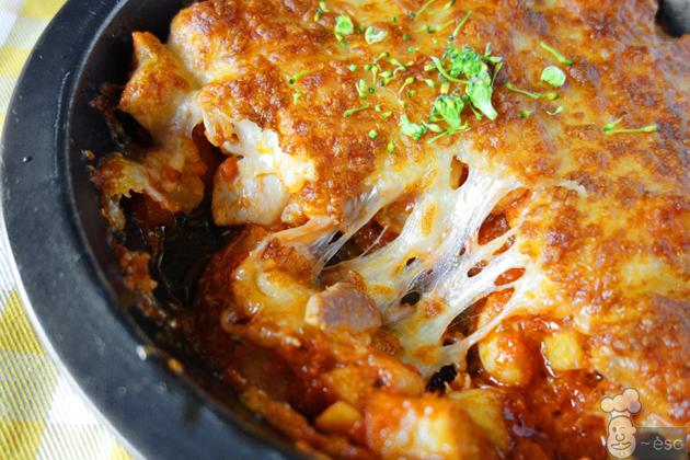 Pollo gratinado con queso y salsa de tomate con chispa