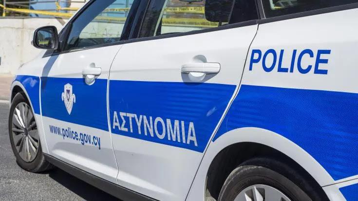 Γυναίκα αρνήθηκε να φορέσει μάσκα! Άρπαξε αστυνομικό από τον λαιμό, τον χτυπούσε στο κεφάλι – ΒΙΝΤΕΟ