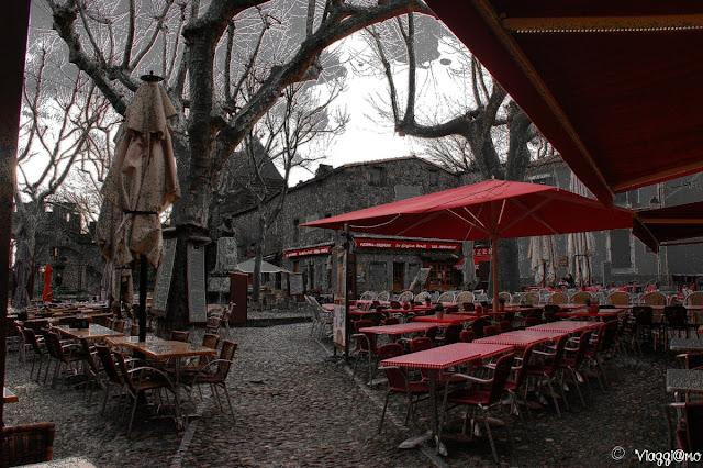 Angolo pittoresco di Piazza Marcou nella cittadella