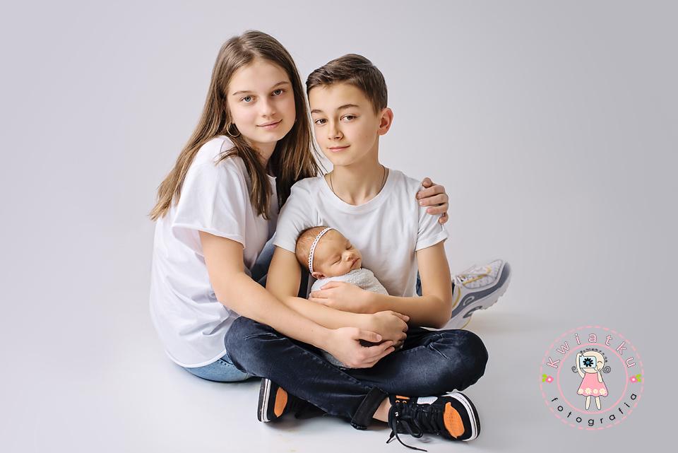 Nastoletnie rodzeństwo i noworodek