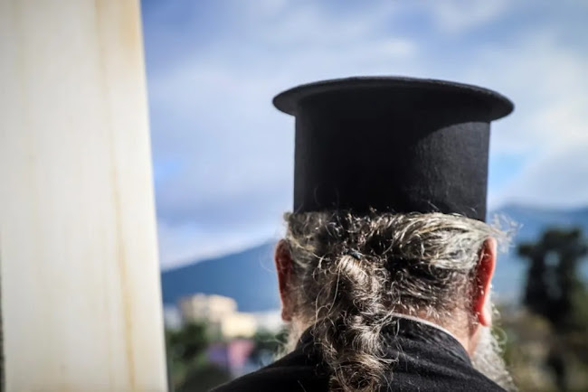 Ιερέας έφερε την αστυνομία και αρνήθηκε να κοινωνήσει πιστό επειδή δεν φορούσε μάσκα, vid