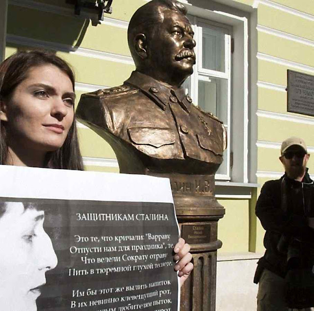 Mulher protesta contra busto de Stalin erigido por entidade de Putin no centro de Moscou
