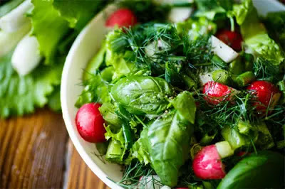How to prepare a healthy green salad