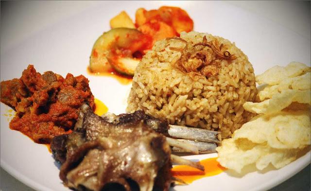 Nasi kebuli dikenal dengan rasa gurih dapat anda dapatkan di restoran-restoran yang menyajikan menu khas arab. Tapi bukan berarti kuliner ini tidak bisa diolah di rumah loh... berikut resep aneka Nasi Kebuli rumahan yang lezat dan murah.