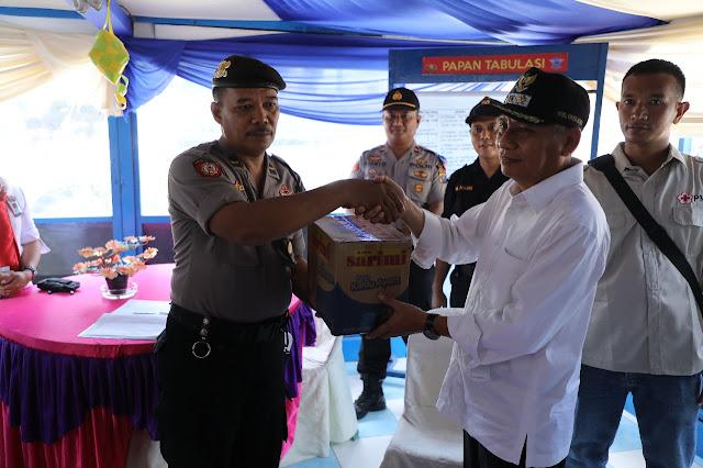 Wakil Bupati Asahan Surya memberika bingkisan pafa petugas Pos Pam dan Pos Yan.