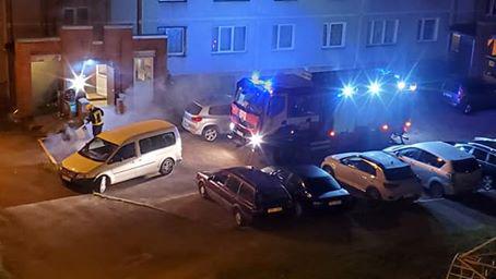 Ugunsdzēsēju mašīna un ugunsdzēsēji