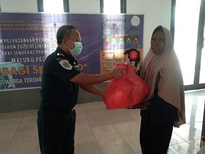 Kepala UPP Kelas 2 Tual Yahya Usia saat menyerahkan paket sembako kepada warga