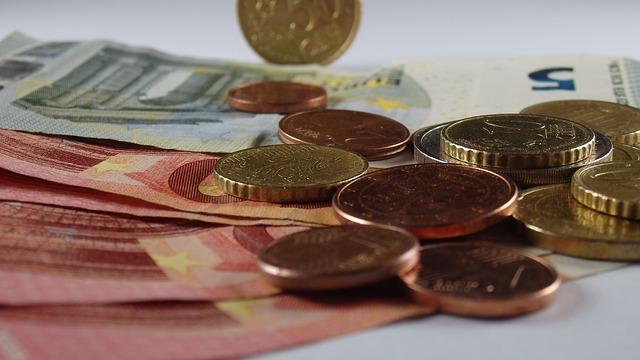 moedas espalhadas sobre a mesa