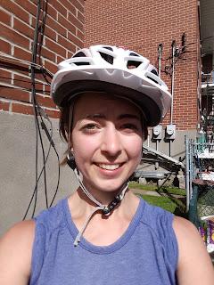 Cycliste fatiguée, casque de travers, Montréal