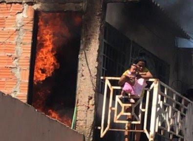 Avó joga bebê de sacada de casa em chamas em Cuiabá