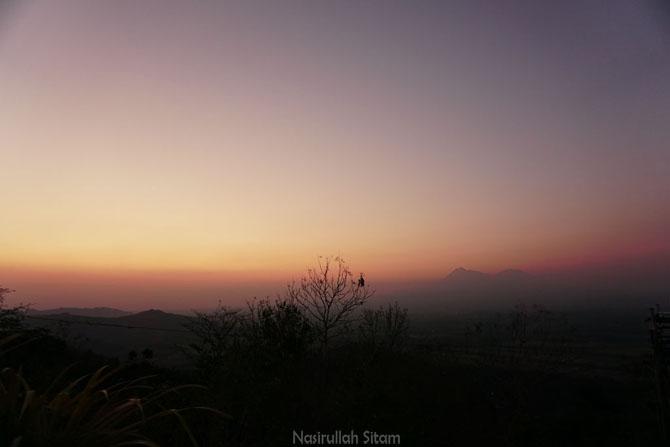 Pemandangan Gunung Merapi dan Gunung Merbabu kala senja