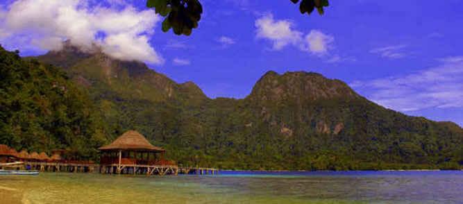 Minimnya infrastruktur dan konektivitas pendukung destinasi wisata menyebabkan tidak berkembangnya pariwisata Maluku sehingga mengakibatkan rendahnya jumlah kunjungan wisatawan baik nasional maupun mancanegara.