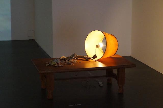 """Abajur, porcelana e mesa na exposição temporária """"Cama, mesa e escada"""" de Marco Paulo Rolla, Memorial Minas Gerais Vale"""
