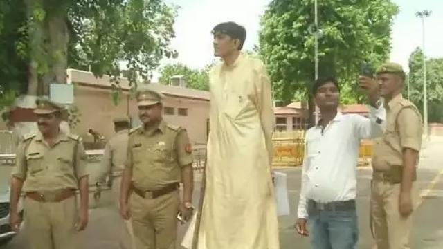 भारत के सबसे लंबे शख्स ने CM योगी से लगाई मदद की गुहार, जानें क्या मिला जवाब
