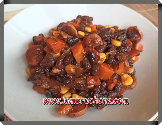 frijoles con salchichas. www.lambruchona.com