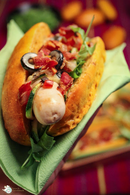 Hotdog mit Tomaten, Zucchini, Rucola und Oliven - schmeckt super