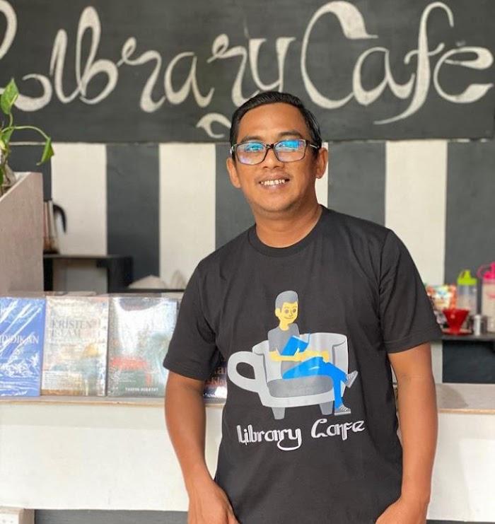 Taufik Hidayat, Pendekar Literasi Kota Tape Ciptakan Perpustakaan Ala Cafe Hingga Penerbitan Buku