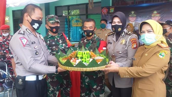 HUT TNI Ke-75, Samsat Depok Bawa Tumpeng ke Koramil Sukmajaya