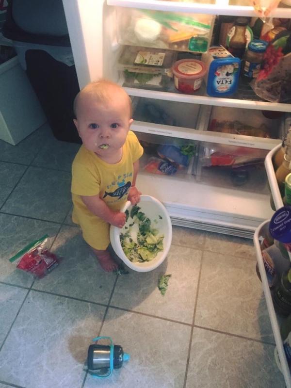 criança comendo legume