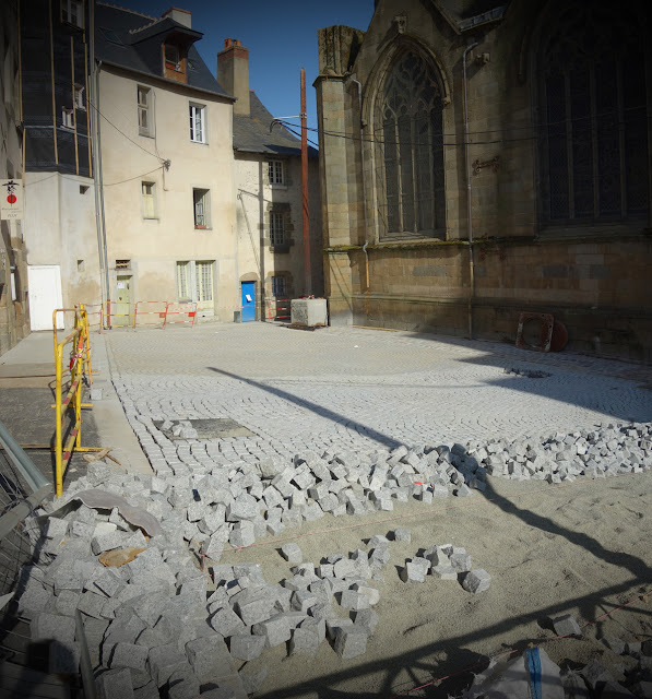 Rue du Contour Saint-Germain derrière l'église...
