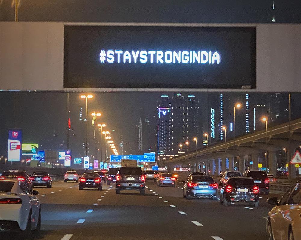 """""""ابق قوية"""" شعار رفعته شوارع الإمارات لدعم الهند في مواجهتها ضد جائحة """"كورونا"""""""
