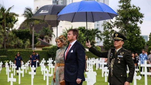 Raja Belanda Willem-Alexander dan Ratu Maxima memberikan penghormatan setelah menaruh karangan bunga di Taman permakaman korban perang di Ereveld Menteng Pulo, Menteng Dalam, Jakarta Selatan, Selasa (10/2/2020). Hari ini keduanya berkunjung ke Danau Toba