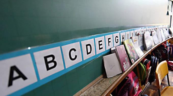 Professora alfabetiza crianças a partir de rodas de conversa e educação antirracista