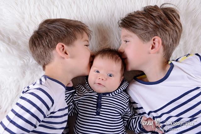 portrait de bébé avec ses grands frères, bisous des grands frères, photo studio