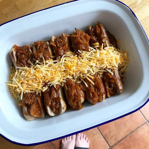 gefüllte Bratwurst mit BBQ-Sauerkraut